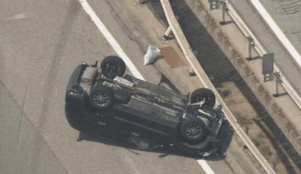 事故を起こした普通自動車の画像