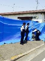 警察とブルーシートの画像