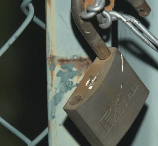 ため池に入るためのフェンスにかけられた鍵の画像