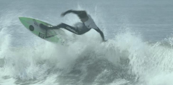 サーフィンをしているマー君の画像