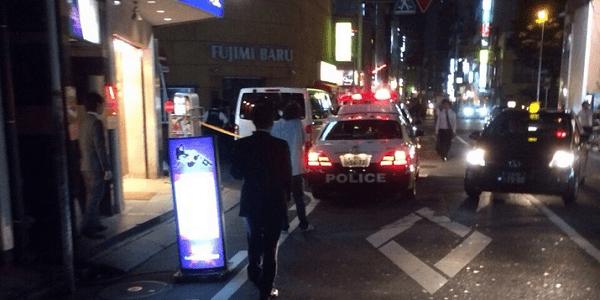 現場に駆け付ける警察の画像