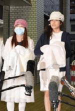 退院する川栄李奈と入山杏奈の画像