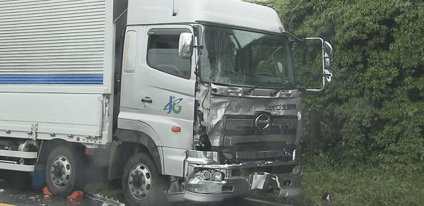 突っ込まれた大型トラックの画像