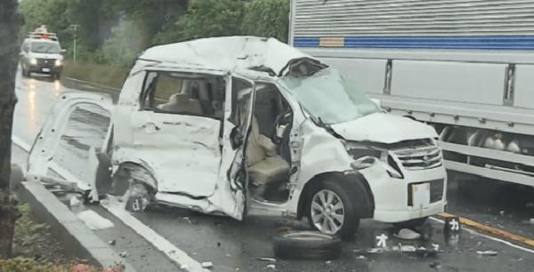 事故を起こした軽自動車の画像