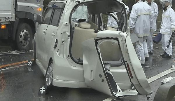 事故を起こした軽自動車のトランクの画像