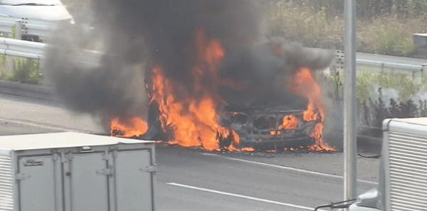 爆発する車の画像