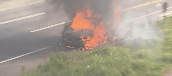 燃える車の画像