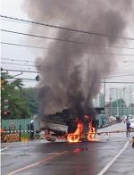 炎上しているクレーン車の画像