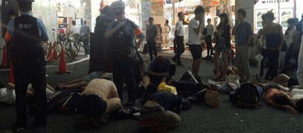 昏睡している大量の大学生の画像