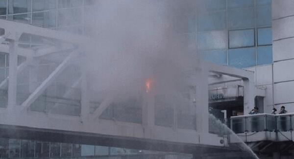 焼身自殺する男性に放水する消防の画像