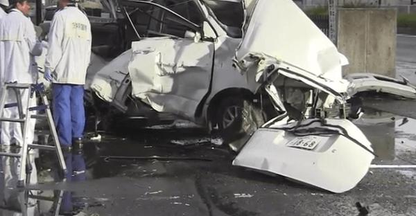 大破した車の画像