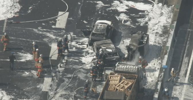 消火剤が散乱した事故現場の画像