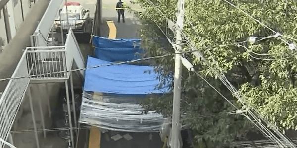 事件現場を覆うブルーシートの画像
