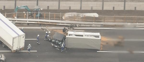 横転したトラックの画像