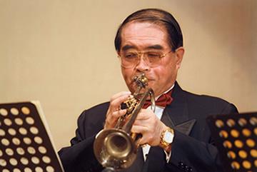 松本義峯がトランペットを吹く画像