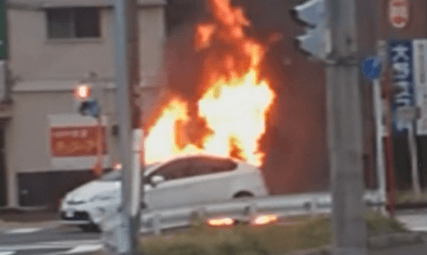 炎上している車の画像