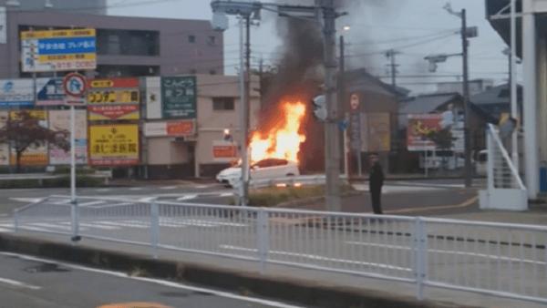 燃えている車の画像