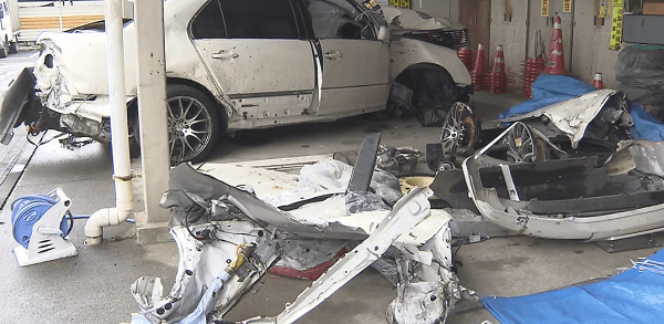 事故を起こしバラバラになった車の画像