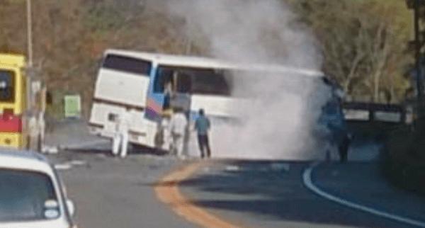 事故を起こした観光バスの画像