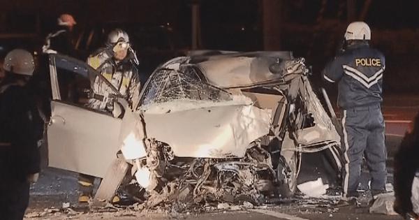 電柱に衝突した車の画像