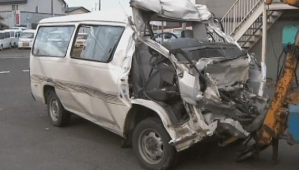 大破したワンボックスカーの画像