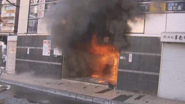燃えているプリンス会館の画像