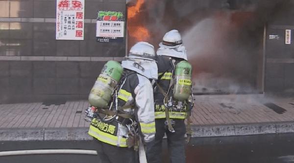 消火活動を行う消防隊の画像