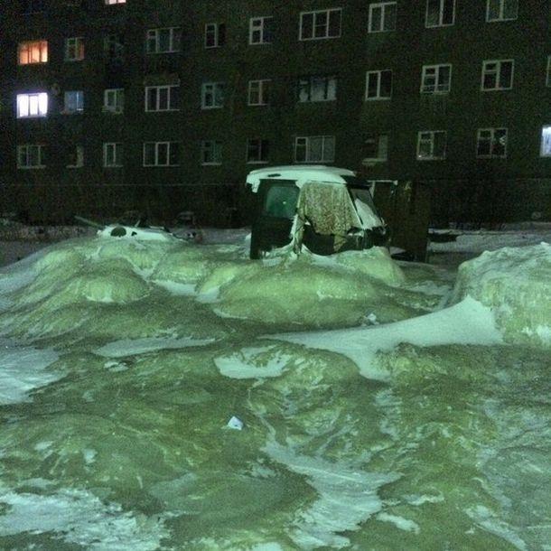 波をうった状態で凍っている水の画像