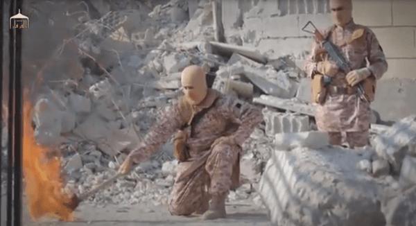 カサースベ中尉に火を放つイスラム国の画像