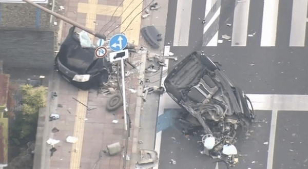 事故により大破した車の画像