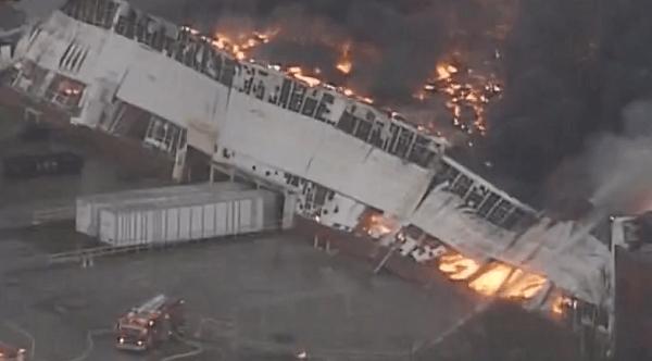 燃えている工場の画像
