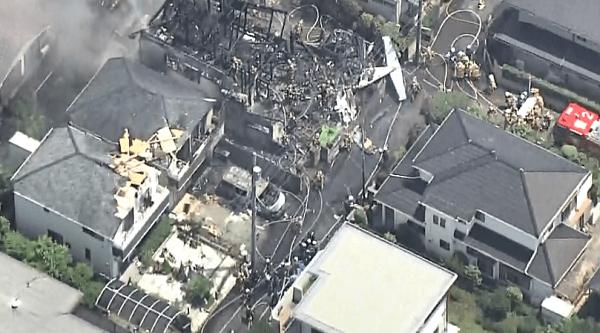 小型機墜落で火事になった住宅の画像