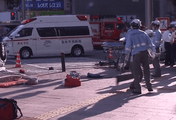 事故現場と救急車の画像