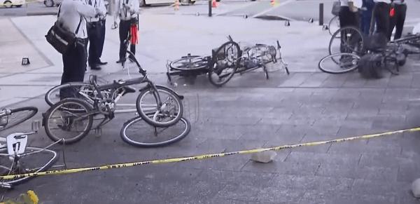 事故で散乱した自転車などの画像