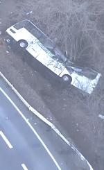 転落事故を起こしたスキーバスの画像