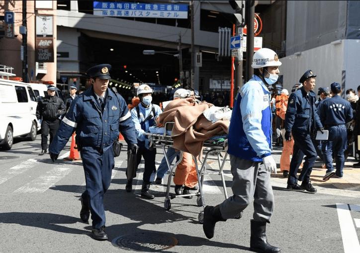 搬送される負傷者の写真