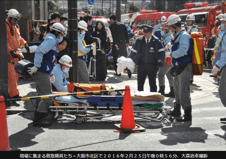 心肺停止の負傷者が運ばれる写真