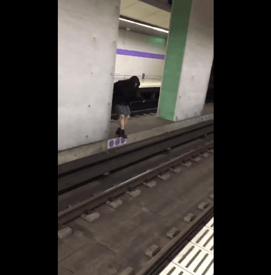 線路に飛び降りようとする女子高生の画像