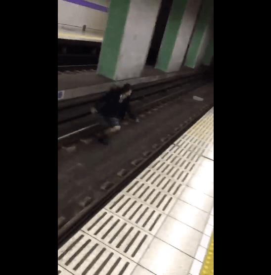 線路に侵入した女子高生の画像