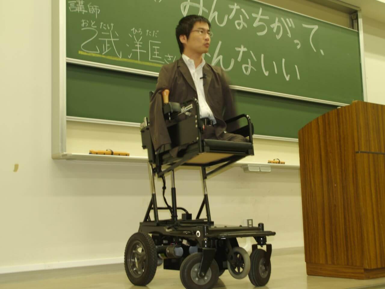 乙武洋匡さんが公演している写真画像