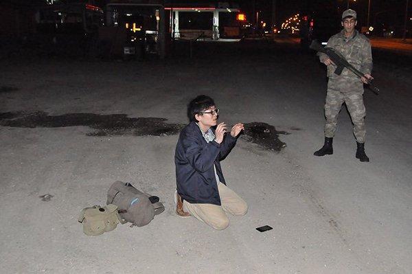 トルコ軍警察に拘束されている日本人男性の画像