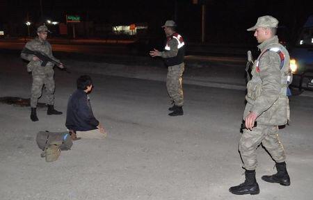 現地当局と日本人が対峙する写真画像