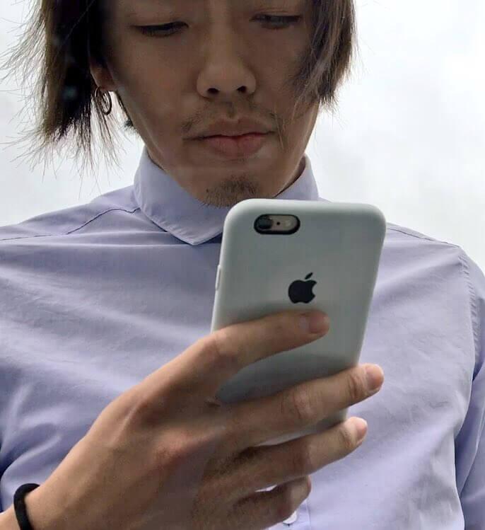 iPhoneを持っている犯人の男の顔写真