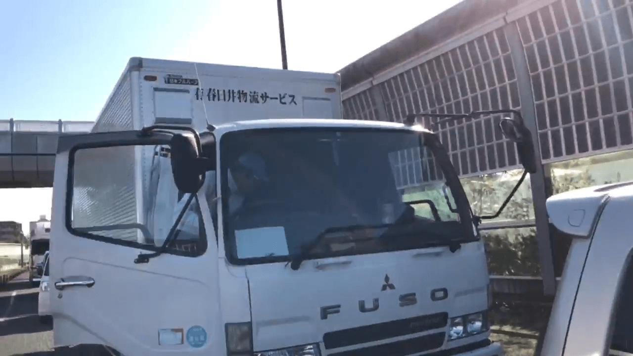 動画に映ったトラックに会社名・春日井物流サービスが記載されている