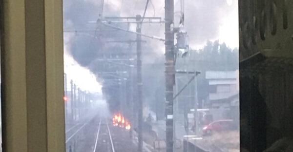 東海道線・西岡崎駅-安城駅間で発生した電車と車の脱線事故現場の写真