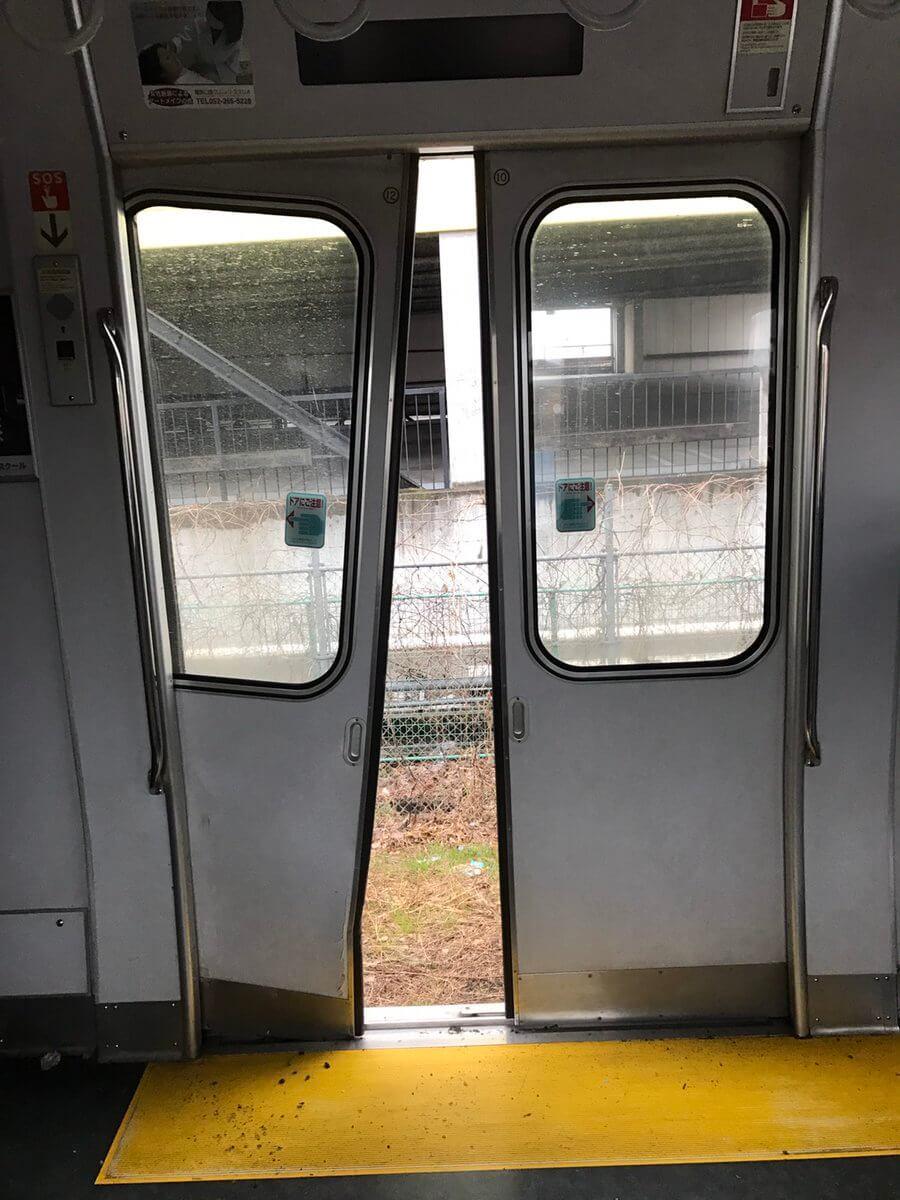 安城市上条町の衝突事故でドアが壊れた列車の画像