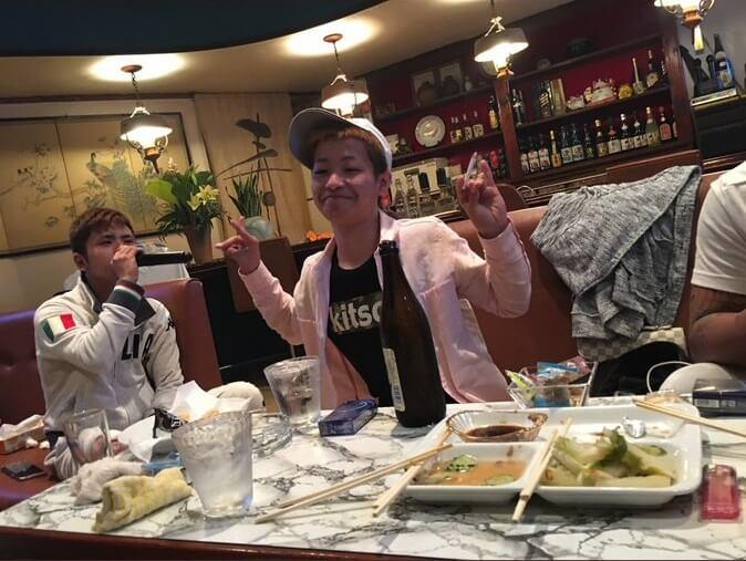 バカッターが沖縄県糸満市の飲食店で喫煙・飲酒している写真画像