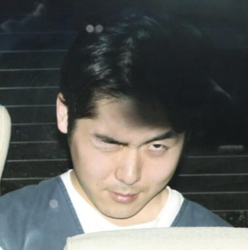 送検される際にウインクしている小林遼容疑者の顔写真画像