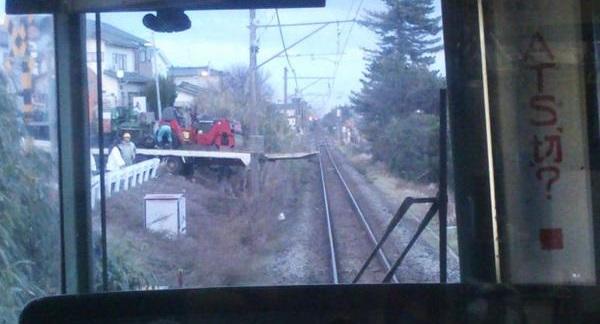 越後線寺尾駅付近 トラックがガードレール突き破る事故-運転見合わせ