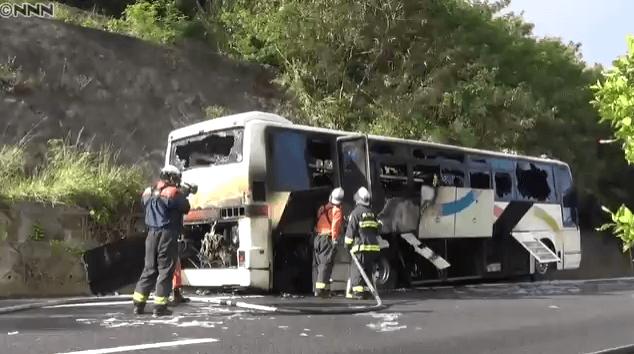 沖縄県中城村の高速道路でバス炎上ニュースのキャプチャ画像